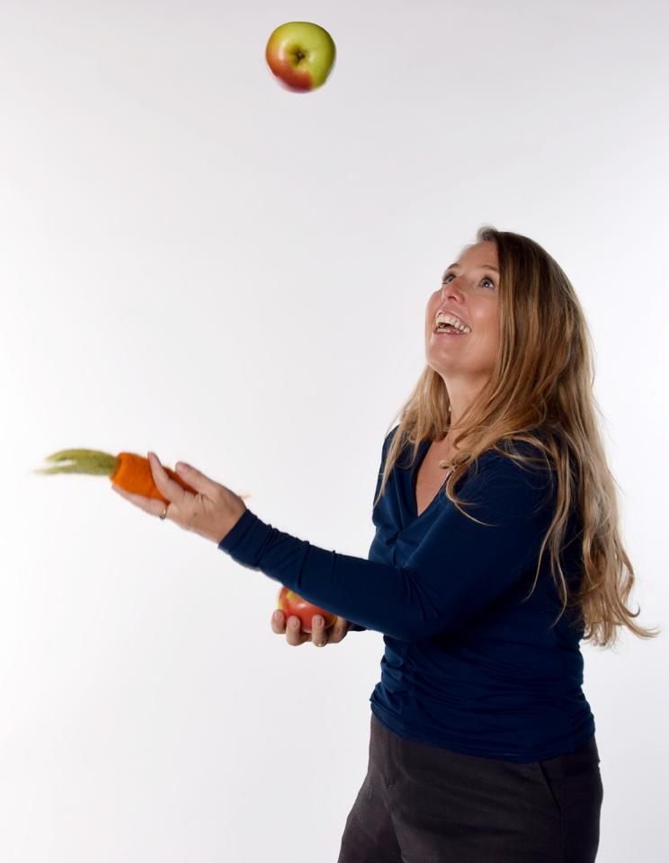 Frau beim Jonglieren Dr. Petra Bareis-Kofler von Obst und Gemüse